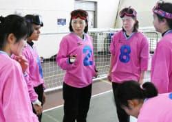 キャプテンの浦田(左から3人目)を中心にチームで話し合う