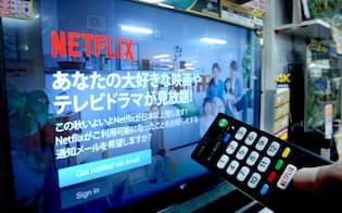 店頭に並ぶ「ネットフリックス」に対応したテレビ(東京都千代田区のビックカメラ有楽町店)
