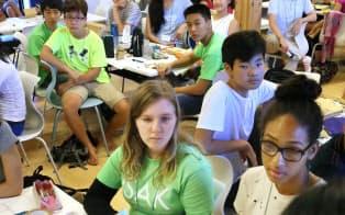 インターナショナルスクール・オブ・アジア軽井沢のサマースクールでデザイン思考の課題に取り組む各国の中学生ら(長野県軽井沢町)