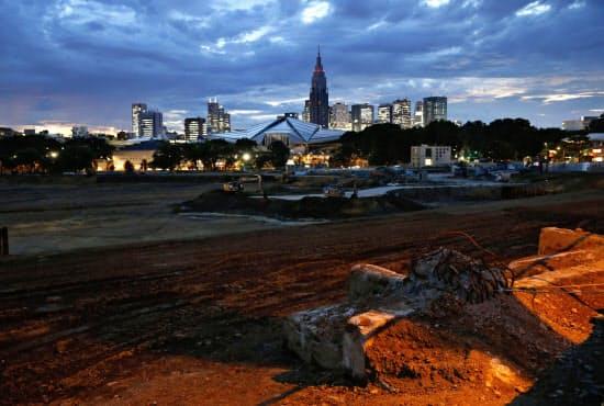 2020年東京五輪のメーンスタジアムとなる新国立競技場の予定地。建設計画は白紙撤回され、設計からやり直す緊急事態に。ラグビーW杯には間に合わなくなった=共同