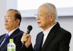 東京五輪公式エンブレムのデザインについて、記者会見する審査委員代表の永井一正氏(右)と大会組織委の武藤敏郎事務総長(28日、東京都港区)
