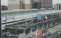 福井駅の横には北陸新幹線の高架部分が完成している(福井市)