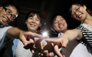 ワンパナソニックの活動をする浜松さん(右から2人目)ら(大阪府門真市)