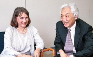 青木昌彦(右)とハーバード・ビジネススクール教授のボールドウィン(2001年、肩書は当時)