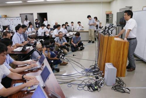 記者会見で維新の党からの離党を表明する橋下氏