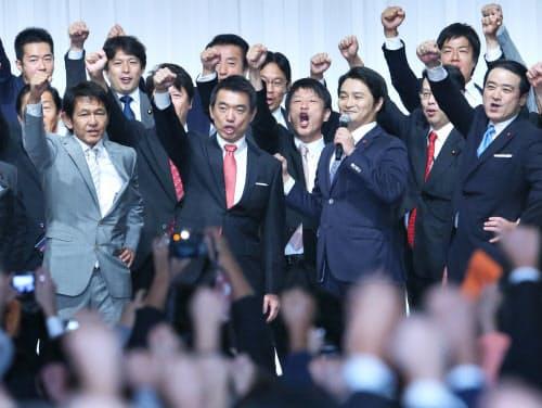昨年9月の「維新の党」結党大会で気勢を上げる橋下氏(中央左)や松野氏(左端)ら