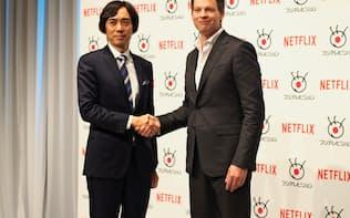 日本進出にあたりフジテレビとの協業を発表した。左はフジテレビの大多亮常務、右がネットフリックスのグレッグ・ピーターズ社長
