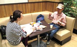 カフェのようなイートインスペースでくつろぐ買い物客(川崎市のいなげや川崎登戸店)