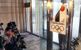 使用中止が決まり、はがされる2020年東京五輪のポスター(1日夜、都庁)
