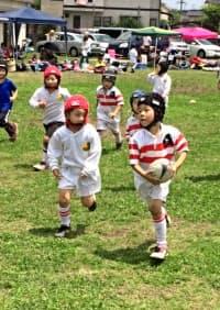 幼い頃からラグビーに親しめる環境がトップ選手が育つ地盤となる(みやけヤングラガーズの練習風景)