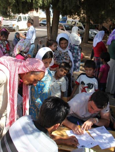 23日、小学校で難民登録をするシリアのクルド人(トルコ南東部シャンルウルファ)