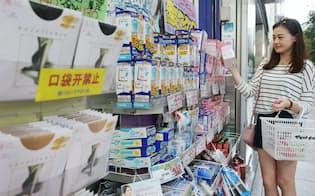 疲れ目用のアイマスクやパンティストッキング、目薬などを購入した中国人観光客(東京都中央区のマツモトキヨシ銀座5th店)