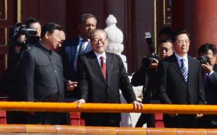 軍事パレードを前に談笑する習近平国家主席(左)と江沢民元国家主席。右は胡錦濤前国家主席(2015年9月、北京)=写真 柏原敬樹
