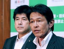 維新の党の臨時執行役員会を終え、記者会見する松野代表。左は今井新幹事長(8日午後、国会内)