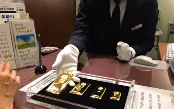 貴金属店の店頭には安値で大量買いする顧客が殺到した
