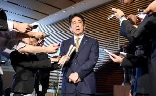 自民党総裁選で無投票再選を決め、記者の質問に答える安倍首相(8日、首相官邸)