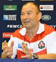 記者会見するラグビー日本代表のジョーンズ・ヘッドコーチ(12日、ブライトン)=共同