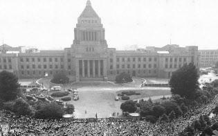 1960年の安保条約改定では反対を唱えるデモが続いた