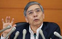 金融政策決定会合後、記者会見する黒田日銀総裁(15日午後、日銀本店)