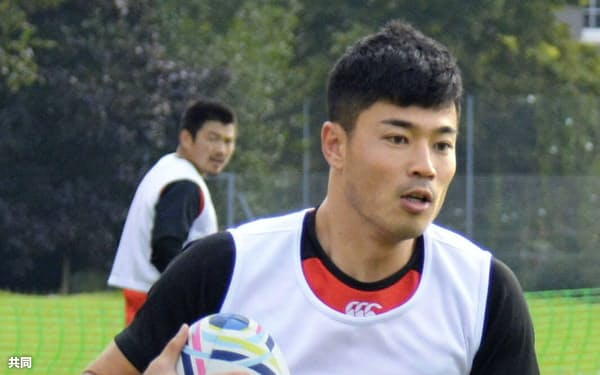 ラグビーW杯に向け、練習する日本代表の山田章仁(11日、ブリストル)=共同