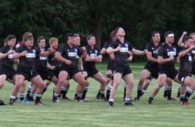 ニュージーランド学生選抜は試合前に伝統の舞「ハカ」を披露した