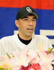 記者会見で現役引退を表明する中日の和田一浩外野手(19日、ナゴヤドーム)=共同