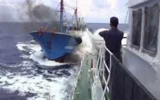 海保の巡視船に衝突する中国漁船とみられる船(ユーチューブで流れた映像)