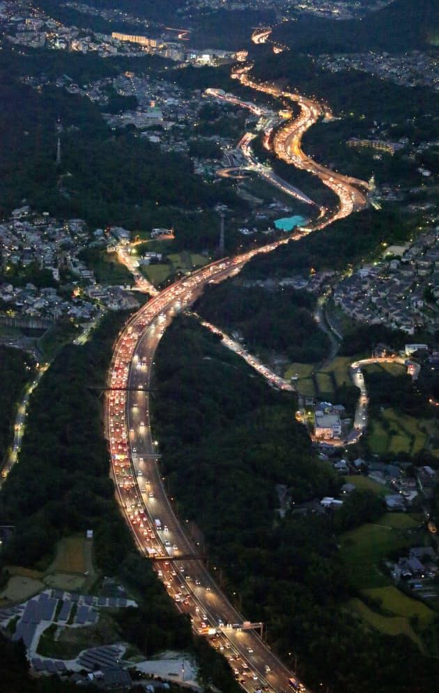 Uターンで高速渋滞、関越道48キロ 鉄道は23日ピーク (写真=共同) :日本経済新聞