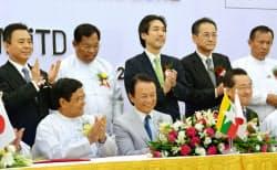 23日、ティラワ経済特区の開業式典に出席した麻生財務相(前列中央)ら=共同