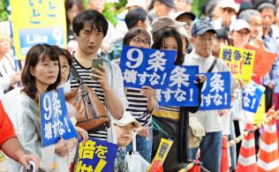 安保関連法案の採決を前に、抗議のため国会前に集まった人たち(9月18日午後、東京・永田町)