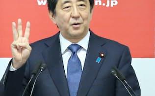 アベノミクス第2ステージとなる「新3本の矢」を説明する安倍首相(24日、自民党本部)