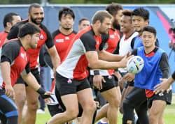 サモア戦に向けて練習する日和佐(右端)らラグビー日本代表(25日、ウォリック)=共同