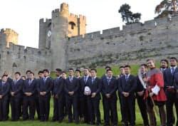 合宿地での歓迎レセプションで、ウォリック城を背景に記念撮影する(右から)マフィ、大野ら日本代表フィフティーン。後列左端はリーチ主将(25日、ウォリック)=共同