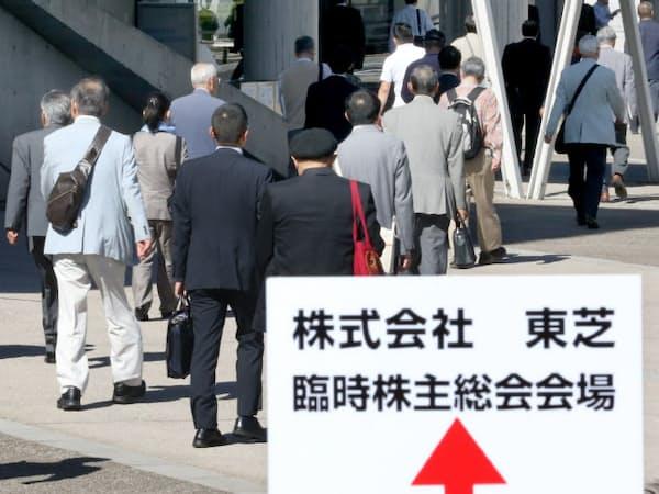 東芝の臨時株主総会に向かう株主ら(30日午前、千葉市美浜区の幕張メッセ)