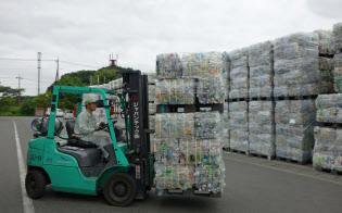回収されたペットボトルの価値が原油安の余波で下がる可能性も(栃木県のリサイクル工場)