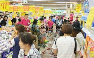 中国では食品価格は上昇しているが、実態はデフレに近い(大連の食品スーパーで)=写真 柏原敬樹