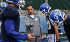 選手に厳しく声をかける大村さん(兵庫県西宮市)