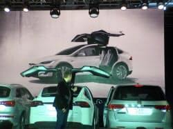 テスラモーターズが発売した新型SUV「モデルX」。後部ドアが跳ね上がるデザインだが、隣の車に当たらないよう工夫をこらした(カリフォルニア州フリーモント市)
