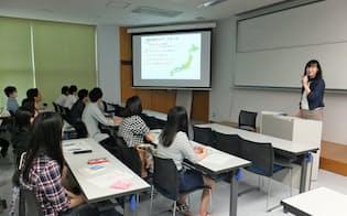 3、4年生に労働法の基礎を説明するワークルールの鯉渕ヒロミ社労士(9月24日、静岡産業大学)