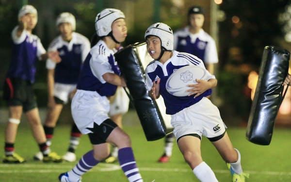 ラグビーの練習に打ち込む「みなとラグビースクール」の小中学生(東京都港区)
