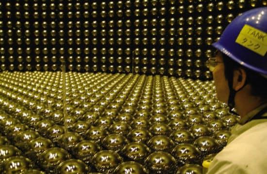 神岡鉱山の地下にあるニュートリノ実験施設スーパーカミオカンデ(日経サイエンス提供)