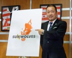 スーパーラグビーに参戦する日本チームの名称とロゴを発表するジャパンエスアールの上野裕一業務執行理事(5日、東京都港区)=共同
