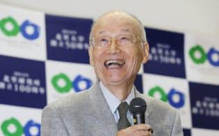 笑顔で記者会見する大村智北里大学特別栄誉教授(5日午後、東京都港区)