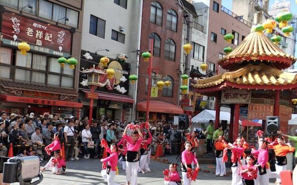 神戸中華同文学校の生徒が南京町の中秋祭で中国舞踊を披露した(9月、神戸市中央区)