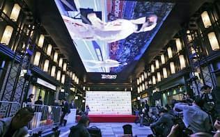 日本橋仲通りに設置された大型パネルに映し出されるロンドン五輪・パラリンピックの映像(10月9日夜、東京中央区)=写真 淡嶋健人