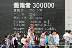 犠牲者30万人という数を記した南京大虐殺記念館の壁(5日、中国江蘇省南京市)=共同
