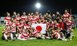 米国に勝利しW杯3勝を挙げ、記念写真に納まる日本フィフティーン(11日、英グロスター)=共同