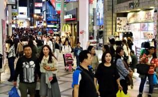 中国の国慶節に伴う大型連休の最終日の7日、観光客らでにぎわう大阪・心斎橋筋商店街=共同