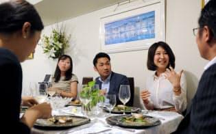 料理教室主宰の合コンに出席する男女