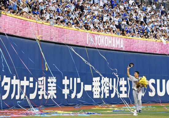 球場はファンで埋まっても球団経営は厳しい(引退試合を終え、古巣横浜のファンに手を振る中日の谷繁元信監督兼捕手。2015年9月26日)=共同